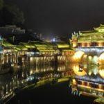 中国湘西鳳凰城のライトアップが始まり、その美しさに誰もが息をのむ 中国 湖南省