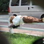 【中国】現代の女性版ブルースリー!鉄柵の上で寝る女性