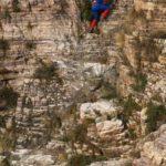 【中国】崖の上に謎の影が!?河南省で崖を登るスパイダーマンが出現