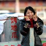 【中国の反応】山東省の美しすぎる焼き芋売りの女性。白血病の兄の手術費用を稼ぐために焼き芋を売る。
