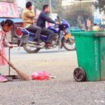 【中国】湖南省の5歳の少女が毎朝おばあさんの掃除のお手伝いをする