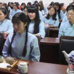 【中国】江蘇師範大学に新学科が開設し、女子大生達が中華民国時代の服装で授業を受ける。