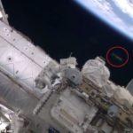 【UFO】今度こそ本物か!?国際宇宙ステーションの船外作業撮影中にUFOが映りこむ!?