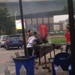 【中国】ガスマスクを着けて串焼きを焼く串焼き屋店主