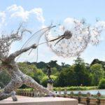 【芸術】ステンレスで作った風に乗せてタンポポの綿毛を飛ばす妖精