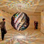 【芸術】ミラーボール+着色ガラス+幾何学模様=芸術!部屋の中が万華鏡になってしまう作品