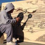 【驚愕】雨の日はいつもお休み?虫眼鏡で太陽光を集めて絵を描く芸術家