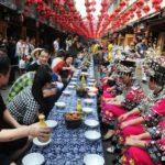 """【中国】湖南省鳳凰古城で苗族のおもてなし""""苗家長龍宴""""が開かれる"""