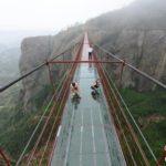 【中国】いや、これは色々やばいでしょ!?谷間に架かったガラスの橋